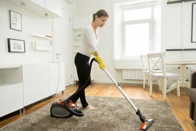 femme de ménage aspirateur